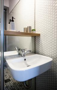 A bathroom at Old Town Courtyard Apartment with private parking