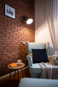 A seating area at Old Town Courtyard Apartment with private parking