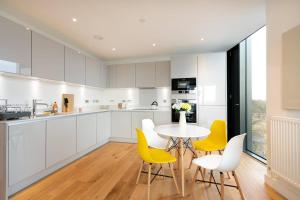 A kitchen or kitchenette at Modern 2BR Apartment near London Bridge by GuestReady