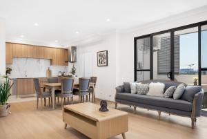 A seating area at Luxury 2 Bedroom Apartment