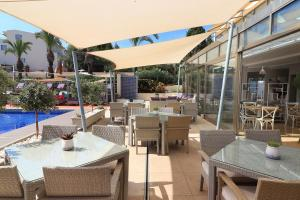 A restaurant or other place to eat at Vila Castelo Parque