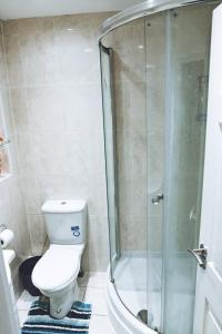 A bathroom at Luxury Apartment Near Wembley