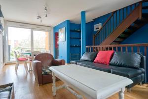 A seating area at Jolie Maison à 5 minutes du Centre Ville - Air Rental