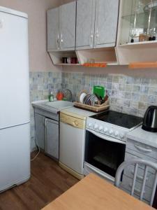 Кухня или мини-кухня в Апартаменты на Светлогорской 27
