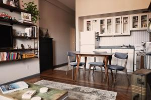 A kitchen or kitchenette at COZY! PRIME LOCATION! REAL 2-BEDROOM!