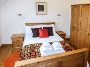A bed or beds in a room at Y Dowlod