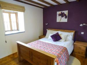 A bed or beds in a room at Y Stabal, Blaenau Ffestiniog