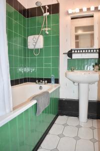 A bathroom at Ha'penny bridge Apartment