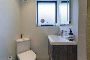 A bathroom at Homely 2 Bedroom House in South East London