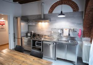 A kitchen or kitchenette at Isola Apartment