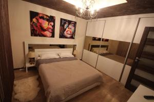 A bed or beds in a room at Majestic Residence