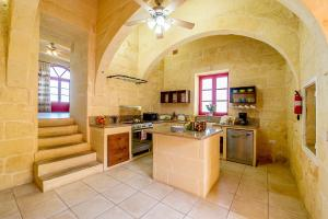 A kitchen or kitchenette at Ta Kristoff Holiday Home