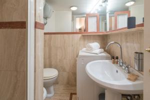A bathroom at Domus Alexa @Piazza Navona
