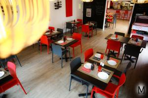 A restaurant or other place to eat at Au Coeur Des Landes