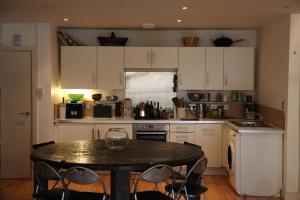 A kitchen or kitchenette at Stunning Loft Style Apartment, London E3