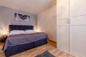 A bed or beds in a room at Apartments Menuet