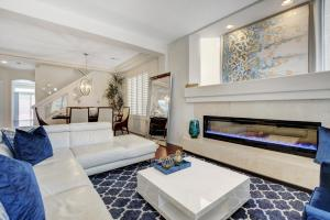 A seating area at Beautiful 6 Bedroom Luxury Brand New Home