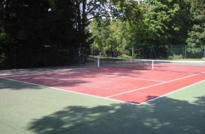Tennis and/or squash facilities at Chilly or nearby
