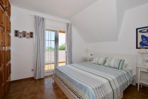 A bed or beds in a room at Villa Cala de la Mora