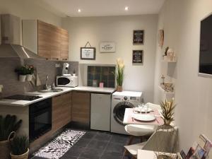 A kitchen or kitchenette at Studi'o Lubéron