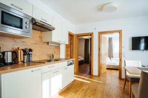 A kitchen or kitchenette at Apartmenthaus Strasswirt De Luxe
