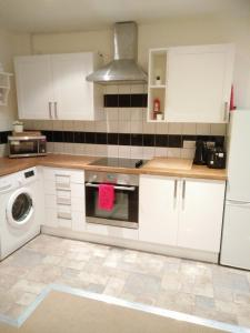 A kitchen or kitchenette at Apartment next to Central London