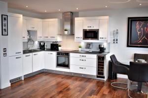 A kitchen or kitchenette at Bridger Apartment