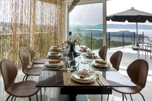 A restaurant or other place to eat at The Grand View Villa