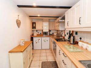 A kitchen or kitchenette at 26 Front Street, Bishop Auckland