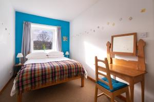 A bed or beds in a room at Castle Cottages