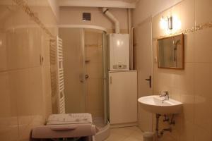 A bathroom at Kinga Vendégház