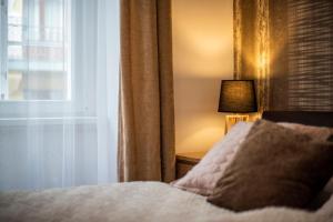 Király Str Apartman with free parking tesisinde bir odada yatak veya yataklar