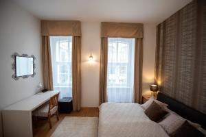 A bed or beds in a room at Király Str Apartman with free parking