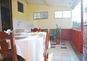 A restaurant or other place to eat at Casa Yoandis y Yuleidy CASILDA
