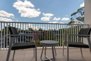 A balcony or terrace at Luxury Apartment / / Moments to Lane Cove Village