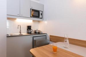 アパートホテル アダージョ アクセス ラ デファンス プラース キャラースにあるキッチンまたは簡易キッチン