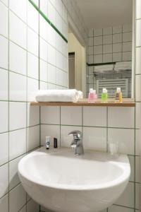 アパートホテル アダージョ アクセス ラ デファンス プラース キャラースにあるバスルーム
