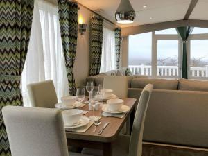 A restaurant or other place to eat at Valley View, Tamar View Holiday Park