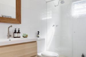 A bathroom at Beach House Avalon