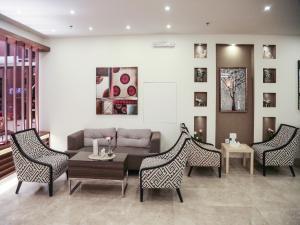 Ein Sitzbereich in der Unterkunft Capital O 145 Sendan Residence