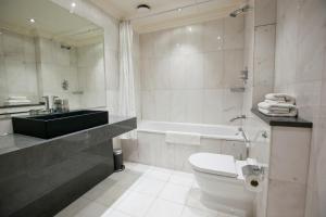 Ένα μπάνιο στο Sanctum International Serviced Apartments
