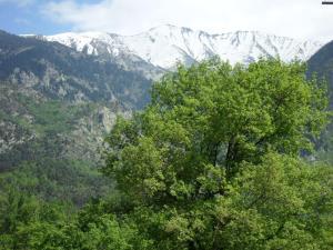Utsikt mot fjell, enten fra leilighetshotellet eller fra et annet sted