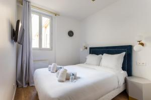 A bed or beds in a room at CMG Sentier/ Jeuneurs I