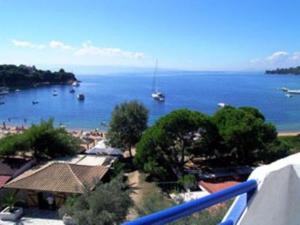Θέα της πισίνας από το Kolios Beach Seaview Studios  ή από εκεί κοντά