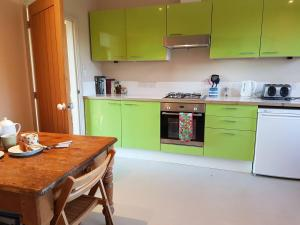 A kitchen or kitchenette at The Annexe - Itchen Stoke Manor