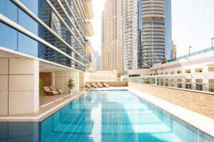 Басейн в Barceló Residences Dubai Marina або поблизу