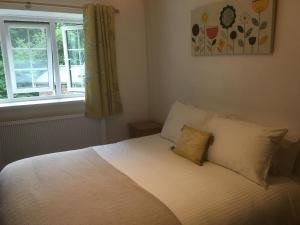 A bed or beds in a room at Tresarran Cottages Cornwall