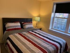 A bed or beds in a room at Golden Wings at University City of Philadelphia