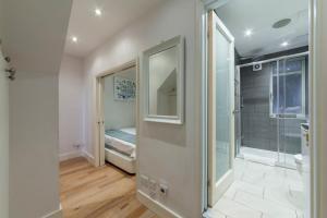 A bathroom at Albert Residence Covent Garden