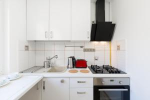 A kitchen or kitchenette at The Liberty Square Rooftop